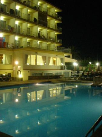 Don Miguel Playa Hotel: Der Pool am Abend