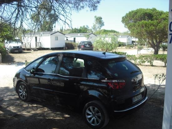 Camping les Fontaines : notre voiture a l'ombre