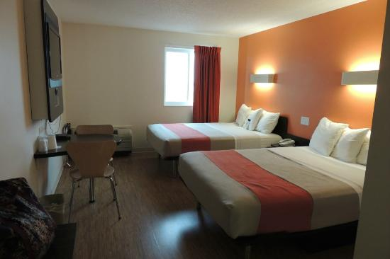 Motel 6 Brandon MB: M6 bedroom and sitting area