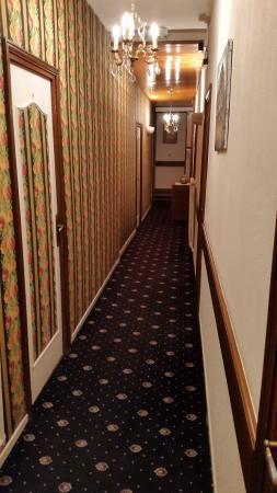 """Hotel de la Poste : Hotelgang im Styl """"Twin Peaks"""""""