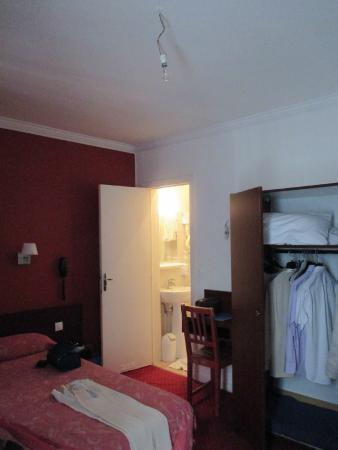 Hotel Camelia International: Chambre et Salle d'Eau