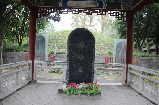 Yang County, China: 墓前に立つ石碑