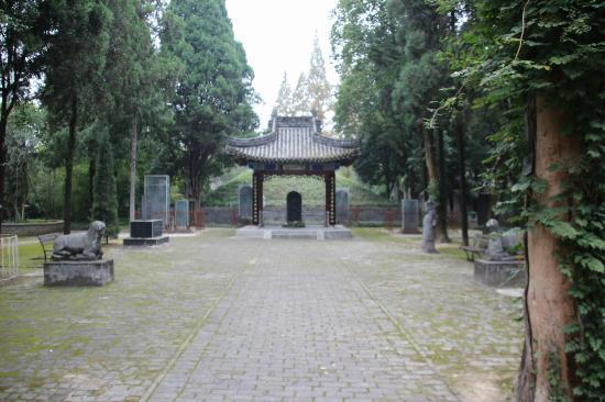 Yang County, China: 墓とその前の空間