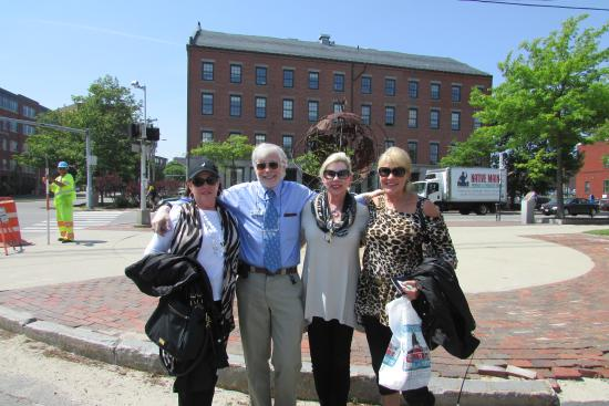 Biddeford, Μέιν: Lyle with three of the six tourist