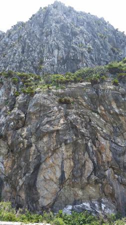 Tonaki-son, Japan: そそり立つ崖です