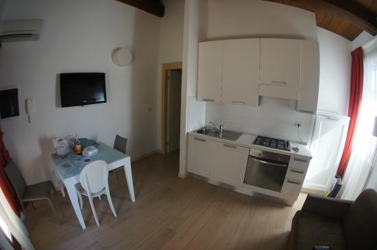 Di Sabatino Resort: kitchen view from front door
