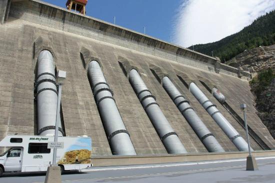 Revelstoke Dam Visitor Centre: The dam outside the visitor centre
