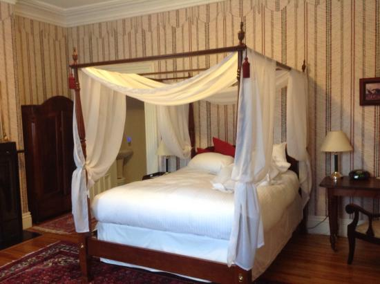 Addington Arms Bed and Breakfast: Great comfortable bed in a very quiet well decorated room