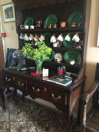 Drws-Y-Coed: Lovely cupboard with antique with beautiful china