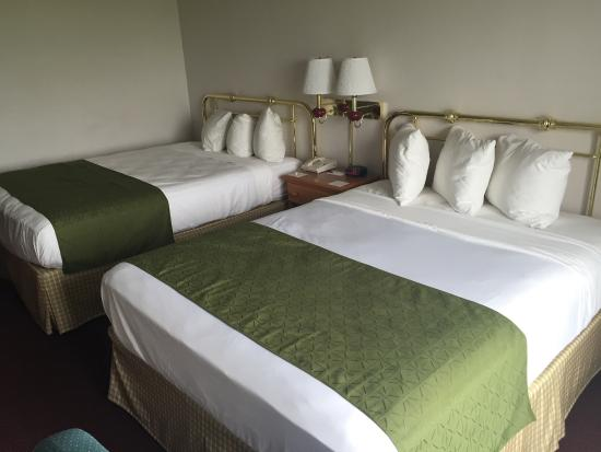 Country Inn & Suites by Radisson, Big Flats (Elmira), NY: Comfortable beds.