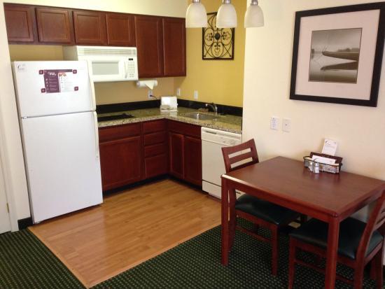 Residence Inn Oklahoma City South/Crossroads Mall: Kitchen area
