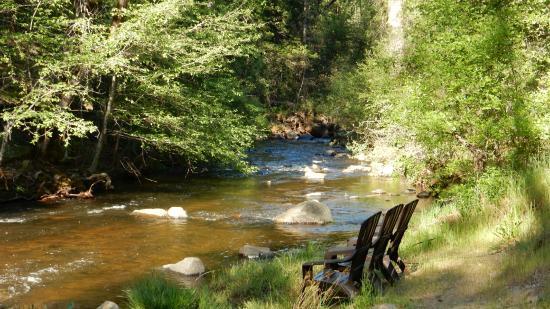 Yosemite Riverside Inn : У горной речки можно посидеть в креслах