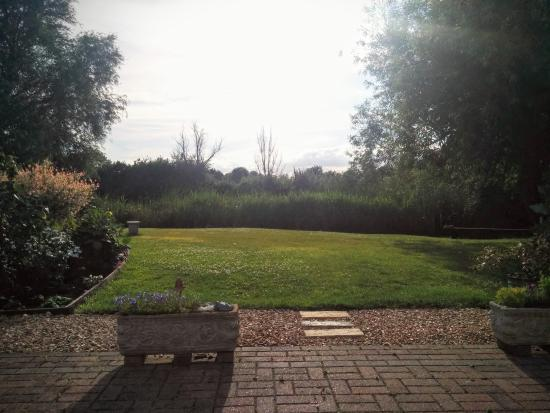 Fenview Lodge B&B : Lovely garden with lake view
