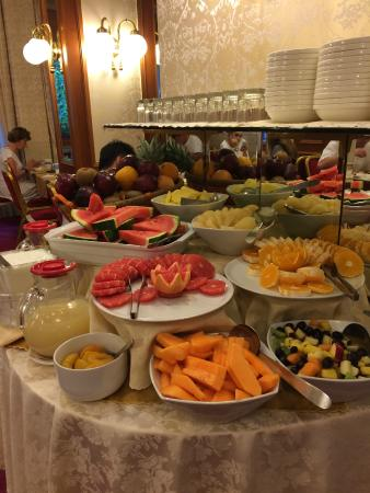 Breakfast fruit picture of hotel berna milan tripadvisor for Best brunch in milan
