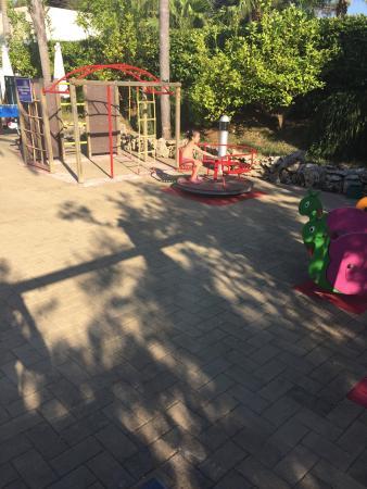 Green Paradise: Giostrine per bimbi con pavimento in cemento!