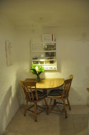 Alberts Bed and Breakfast: Dining section in kitchen