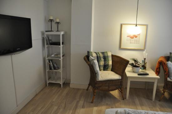 Alberts Bed and Breakfast: Bedroom (TV to the left)