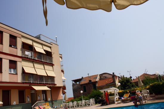 Residence Olivotti: Die ersten drei Bilder zeigen den Blick aus Raum 201, den Pool und den Blick vom Pool auf das Ge
