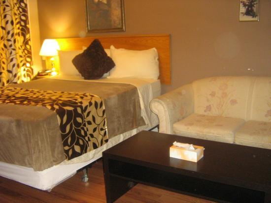 Parkway Motel: room