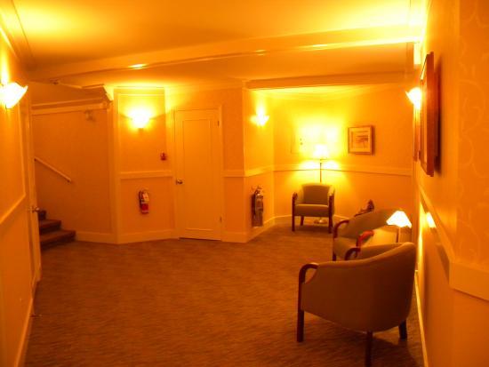 Hotel La Normandie : Landing between 2nd & 3rd floor on the way to our room.