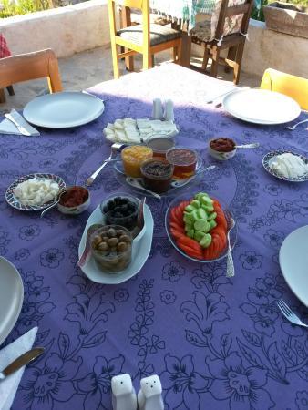 Alamut Alinca Konukevi: Ein Teil des vielfältigen Frühstücks!