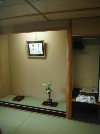 Senpokaku: Fresh flowers in room