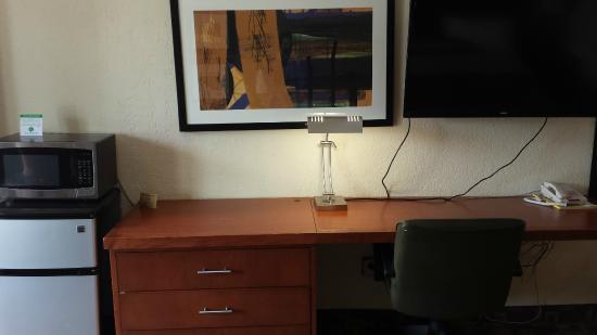 Econo Lodge Zanesville : Desk and TV