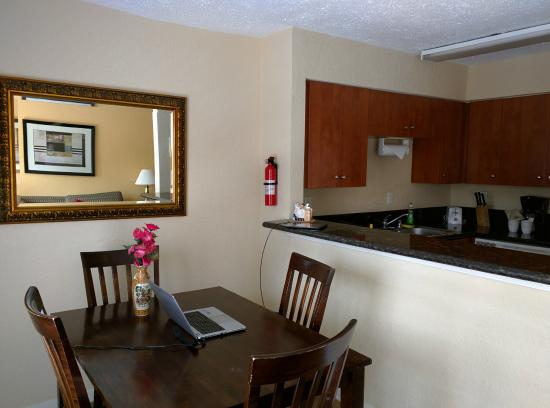 Galleria Garden Hotel/Apartments: Dining Area and Kitchen.