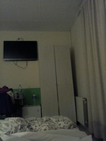 Barcelona 4 Fun Hostel: Armadio storto..televisore al plasma che vale più di tutta la stanza e tenda,senza tapparelle, c
