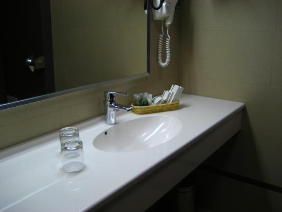 Berthelot: Bathroom sink