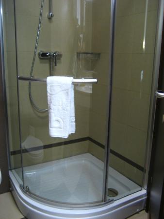 Berthelot: Decent size shower