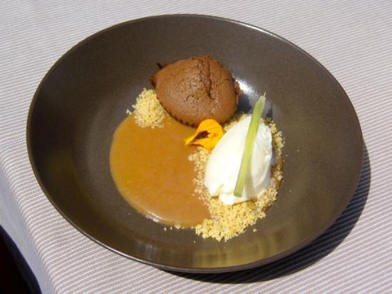 Dessert Schokoladenkuchen Mit Buttermilcheis Und Pfirsichsauce