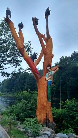 Montoursville, Πενσυλβάνια: Riverside sculpture. Carved out of a single piece of wood!