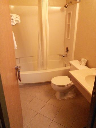 Super 8 Kennewick : Bathroom