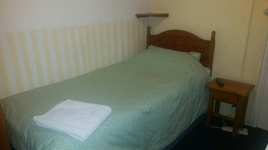 Becket Guest House: Basic twin bed.