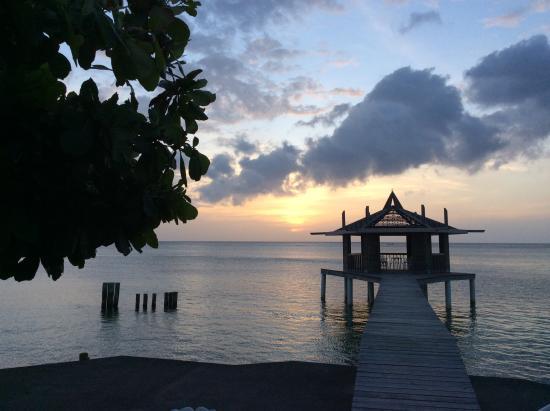 Lost Paradise Inn: Sunset in Roatan.