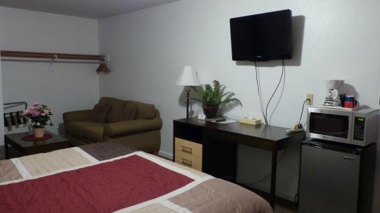 Motel West Bend: Room 1 - notice missing desk chair.