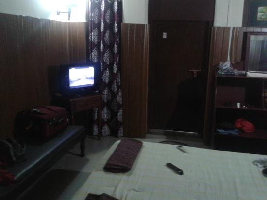 Ashtamudi Homestay: The room needs more light - there are only two CFL plug points and electrical sockets are dubiou