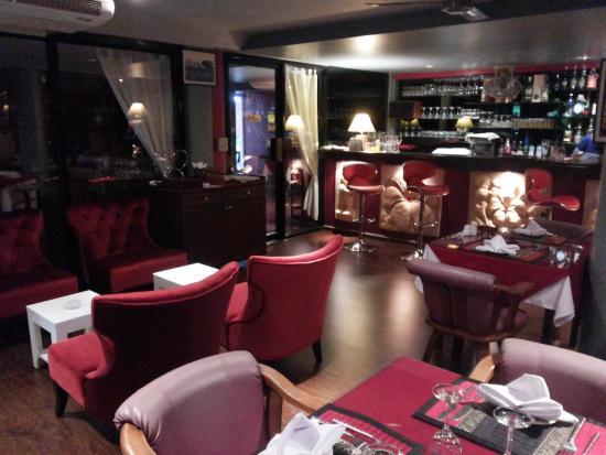 Le Bordeaux: Now has a lounge bar area