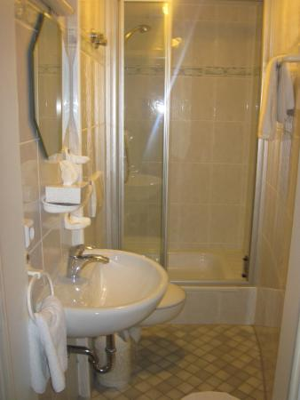 Hotel Am Friedrichsbad mit Prager Stuben: one of three bathrooms