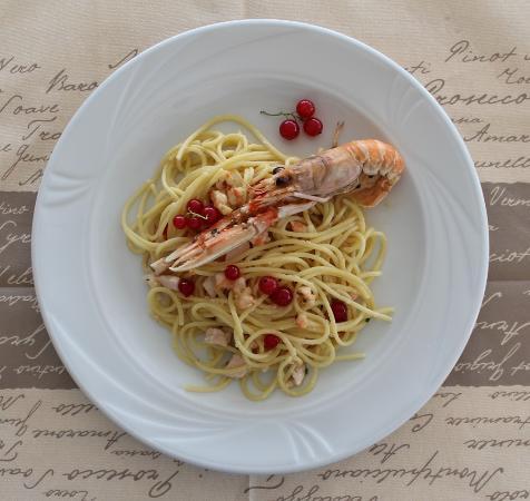 Spaghetti con pesce spada, scampetti e ribes