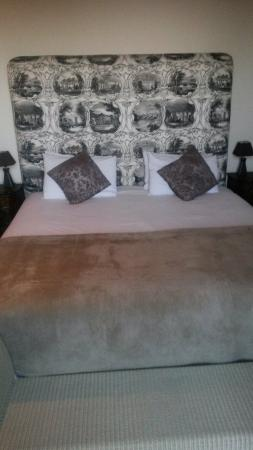 Somerset Villa Guesthouse: Comfortable bed with electric blanket.