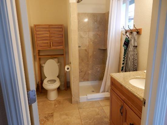 Branscomb's Bodega Bay Inn: Dusche WC