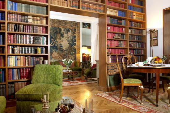 Salotto/sala da pranzo/biblioteca - Foto di La Maison, Roma ...