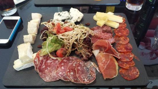 Le Frenchie bistro parisien: Charcuterie and cheese platter