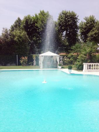 Piscina con fontana foto di villa patrizia magnago - Piscina di cornaredo ...