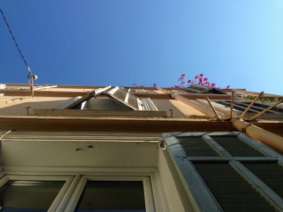 Chanteclair: Fassade unter strahlend blauem Himmel