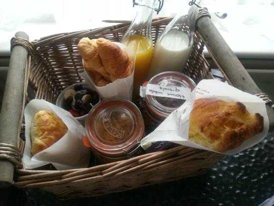 Railway Cottage Guest House: The breakfast hamper delivered to our room