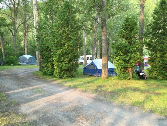 Piscine c t des sanitaires picture of camping au - Bord de piscine ...