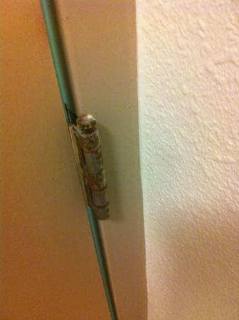 Quality Inn Elkton - St. Augustine South: rusted hardware on bathroom door